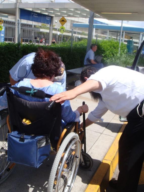 Rabbi Levi Jaffe of the Brisbane Hebrew Congregation helping a wheelchair-using Jewish woman evacuate from Australia's third-largest city, Jan. 12, 2011. (Rabbi Levi Jaffe)