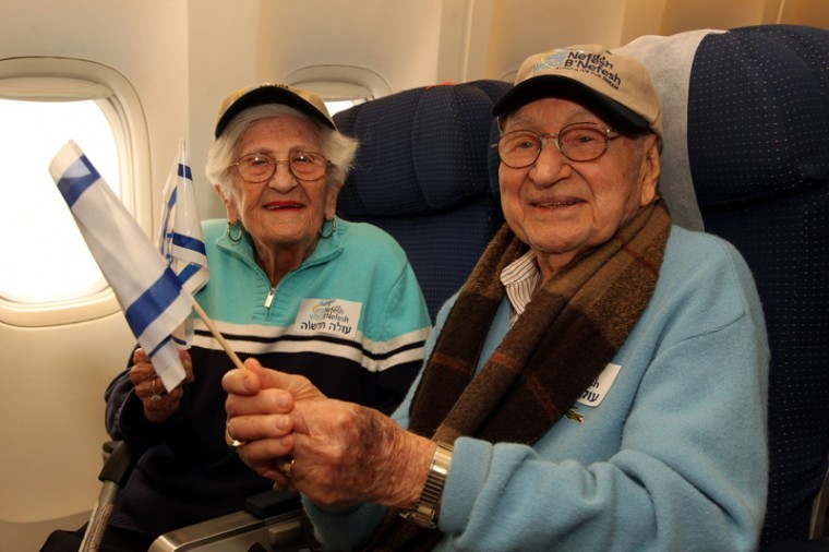 Phillip Grossman, 95, and wife Dorothy, 93, of Baltimore, Md., on a Nefesh B'Nefesh flight to Israel on their way to becoming one of the oldest couples to ever immigrate to Israel, Feb. 14, 2012.