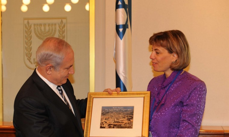 Jennifer Laszlo Mizrahi presents Israeli Prime Minister Benjamin Netanyahu with a plaque, August 2011.