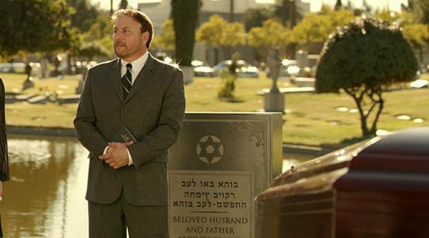 A+scene+from+BBC%27s+show+%22Episodes%2C%22+which+featured+a+tombstone+with%C2%A0Hebrew+that+was+translated+incorrectly+and+engraved+backwards.%0A