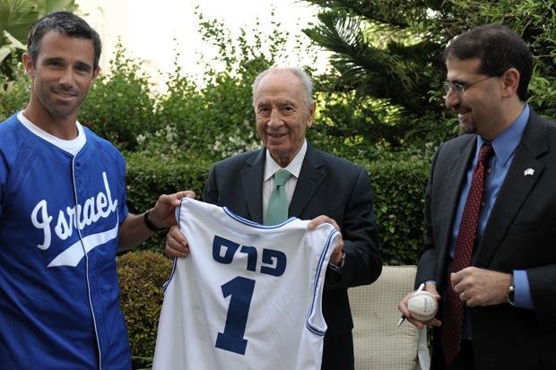 Israeli President Shimon Peres, center, meets with U.S. Ambassador to Israel Dan Shapiro, right, and former Major Leaguer Brad Ausmus, who will manage Israel's team in the World Baseball Classic, in Jerusalem, May 24, 2012.