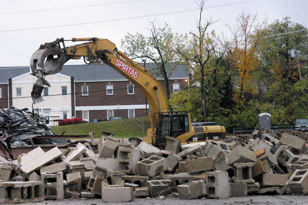 Demolition+continues+last+week+of+the+old+Strike+%E2%80%99n+Spare+Lanes%2C+located+on+a+six-acre+tract+owned+by+the+Jewish+Community+Center.+Photo%3A+Mike+Sherwin