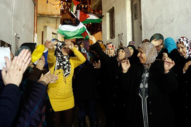 Thousands of Palestinians welcome the newly released Mahmoud Daajna in East Jerusalem in December. Dajna was one of 104 Palestinian prisoners released as part of an agreement to re-start U.S.-brokered peace talks. (Sliman Khader/FLASH90)