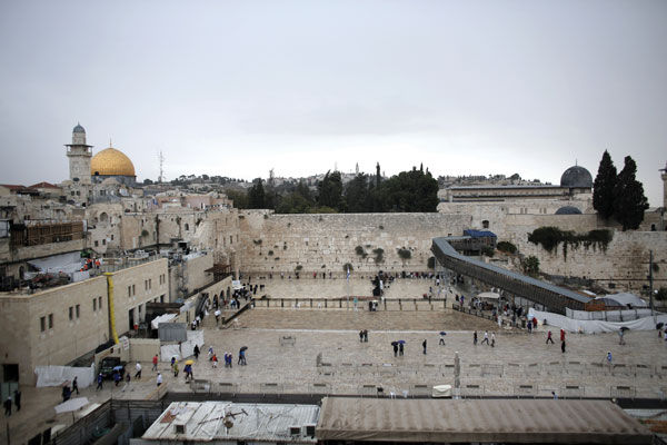 People+visiting+the+Western+Wall+in+the+Old+City+of+Jerusalem%2C+Israel%2C+Oct.+25%2C+2015.+%28Ahmad+Gharabli%2FAFP%2FGetty+Images%29