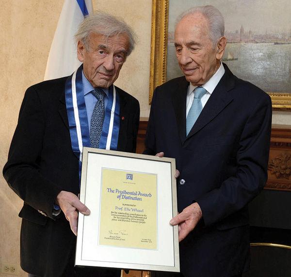 Israeli President Shimon Peres gives Elie Wiesel the Presidential Award of Distinction, Israel's highest civilian award, in 2013. Photo: Mark Neiman, GPO
