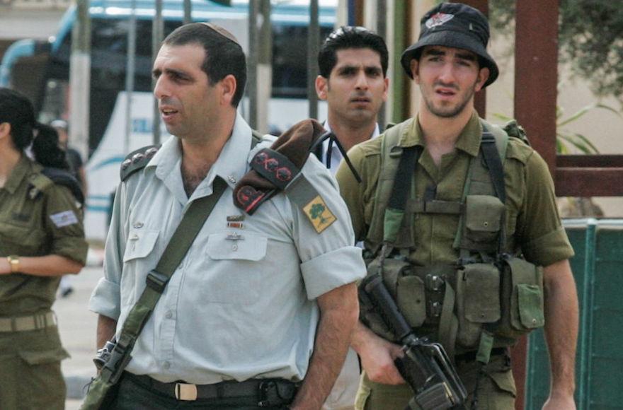 Golani+Brigade+Commander+Ofek+Buchris+visiting+Tel+Hashomer+army+base%2C+Nov.+22%2C+2010.+%28Flash90%29