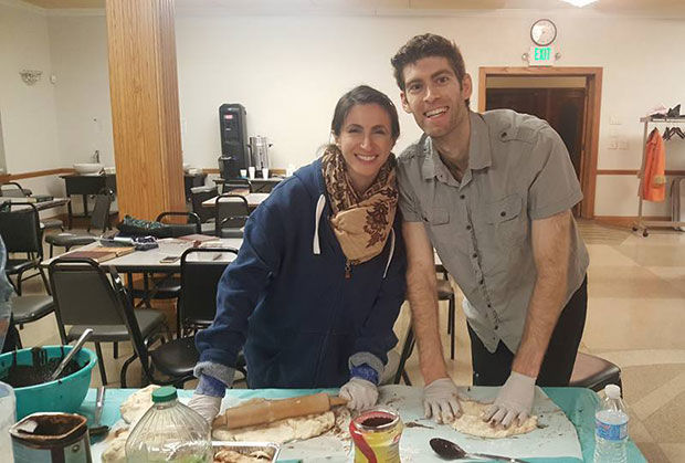 Jessie+and+Jarad+Glubo+take+part+learning%C2%A0how+to+make+babka+and+challah.