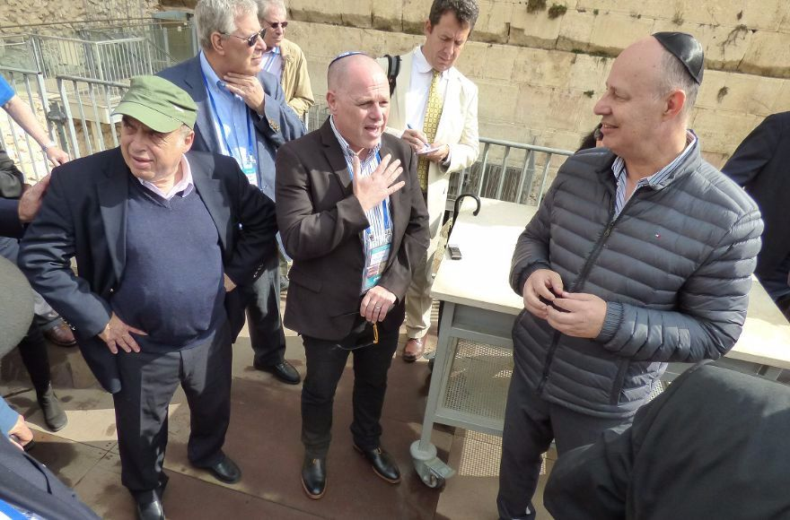 Jewish+Agency+Chairman+Natan+Sharansky+and+Israeli+government+minister+Tzachi+Hanegbi+speak+to+members+of+the+Jewish+Agency+Board+of+Governors+at+the+egalitarian+section+of+the+Western+Wall%2C+Oct.+30%2C+2017.+%28David+Shechter%2FCourtesy+of+the+Jewish+Agency+for+Israel%29.