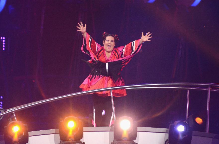 Singer+Netta+Barzilai+waves+to+the+audience+at+Altice+Arena+in+Lisbon+after+Israel%E2%80%99s+song+%E2%80%9CToy%E2%80%9D+is+announced+winner+of+the+2018+Eurovision+Song+Contest.+%28Pedro+Gomes%2FGetty+Images%29