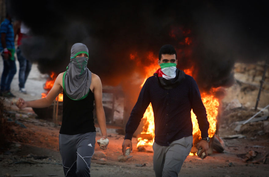 Palestinian+protesters+throwing+stones+and+burning+tires+during+clashes+with+Israeli+security+forces+over+the+Al-Aqsa+mosque+compound%2C+close+to+the+Israeli+manned+checkpoint+of+Hezma+in+the+West+Bank%2C+September+30%2C+2015.