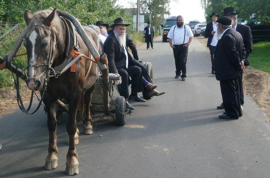 Rabbi+Jehoshua+Raskin+shares+a+ride+with+other+visitors+to+Lyubavichi%2C+Russia%2C+Aug.+26%2C+2018.+%28Cnaan+Liphshiz%29
