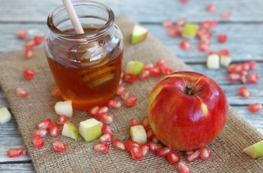 The+Rosh+Hashanah+custom+of+dipping+apples+in+honey+had+its+start+among+Ashkenazi+Jews.+%28Liron+Almog%2FFlash90%29