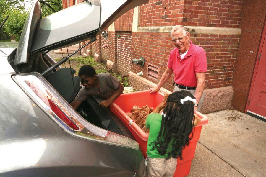 Students+at+Monroe+Elementary+School+in+St.+Louis+city+help+Dr.+Terry+Weiss+unload+his+weekly+delivery+of+food+from+Operation+Food+Search.+Photo%3A+Bill+Motchan