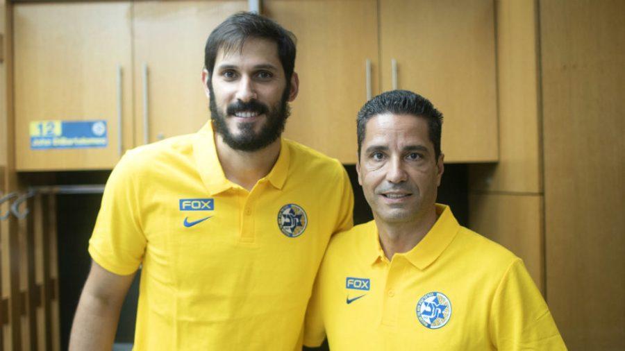 Omri+Casspi%2C+left%2C+and+Maccabi+Tel+Aviv+coach+Giannis+Sfairopoulos+will+be+teaming+up+this+season.+%28Maccabi+Tel+Aviv%29