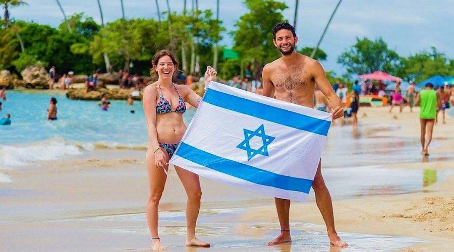 An+Israeli+couple+at+Second+Beach+in+Morro+de+Sao+Paulo%2C+Brazil.+%28Renato+Santana%2FCORREIO%29