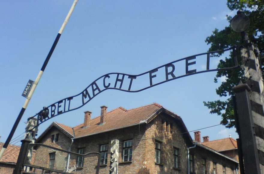 The+famed+%22Arbeit+macht+frei%22+sign+at+the+Auschwitz+concentration+camp+in+Poland%2C+August+2007.+%28Wikimedia+Commons%29
