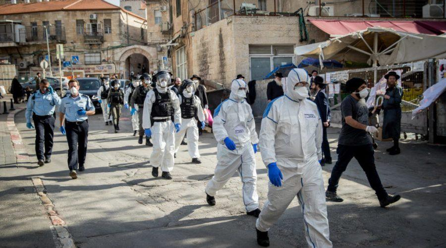 Israeli+police+officers+wearing+protective+clothing+as+a+preventive+measure+against+the+coronavirus+in+the+religious+neighborhood+of+Meah+Shearim%2C+April+6%2C+2020.+%28Yonatan+Sindel%2FFlash90%29