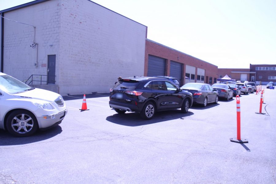 Clients+waited+in+their+cars+on+April+8+to+pick+up+food+from+the+Harvey+Kornblum+Jewish+Food+Pantry+before+it+closed+for+two+days+for+Passover.+Photo%3A+Eric+Berger