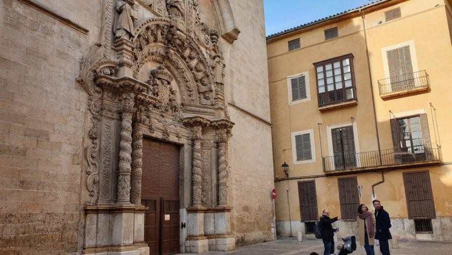 Dani+Rotstein%2C+pointing%2C+explains+to+German+tourists+about+a+church+that+used+to+be+a+synagogue+in+Palma+de+Mallorca%2C+Spain%2C+Feb.+11%2C+2019.+Photo%3A+Cnaan+Liphshiz