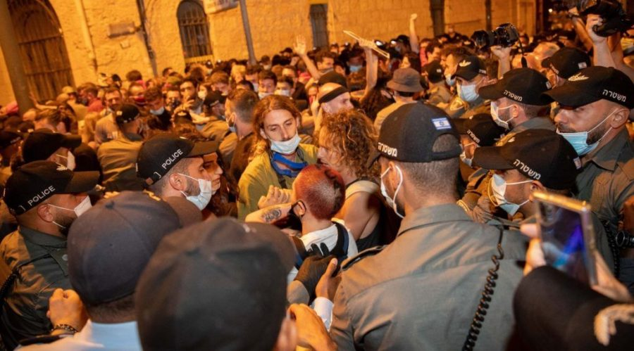 Israeli+police+officers+scuffle+with+demonstrators+during+a+protest+outside+the+prime+minister%27s+residence+in+Jerusalem%2C+July+18%2C+2020.+%28Yonatan+Sindel%2FFlash90%29