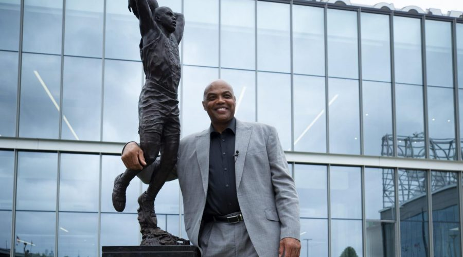 Charles+Barkley+poses+for+a+picture+with+his+sculpture+at+the+Philadelphia+76ers+training+facility+Sept.+13%2C+2019+in+Camden%2C+New+Jersey.+Photo%3A+Mitchell+Leff%2FGetty+Images%C2%A0