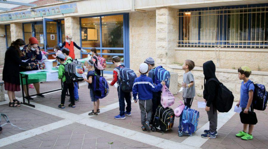 Israeli+students+at+the+Orot+Etzion+school+in+Efrat+wear+protective+face+masks+as+they+return+to+school%2C+May+3%2C+2020.+%28Gershon+Elinson%2FFlash90%29