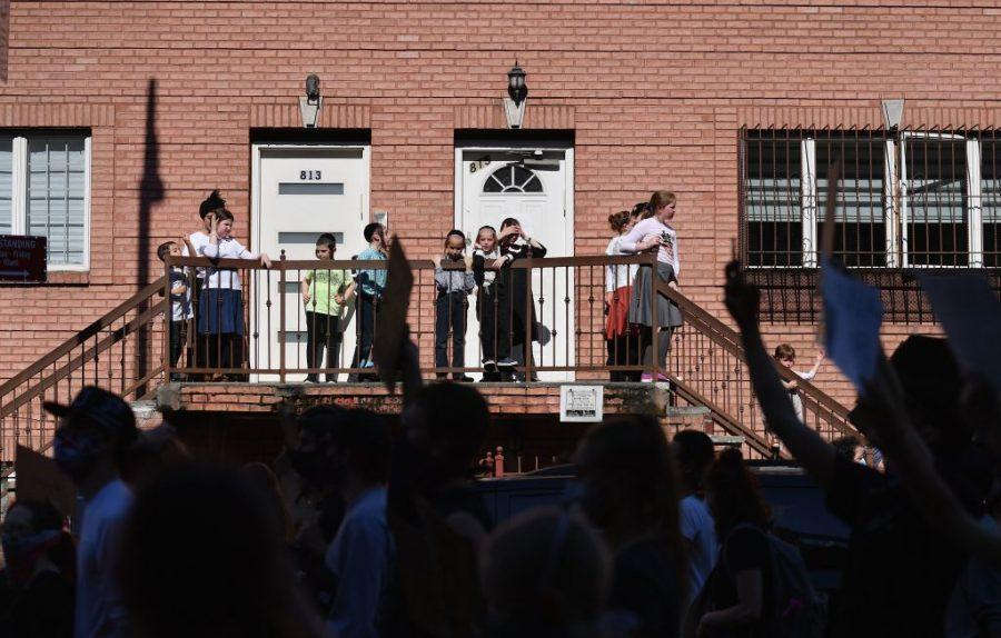 Orthodox+children+watch+as+protesters+march+through+Brooklyn+on+June+3%2C+2020.+%28Angela+Weiss%2FGetty+Images%29