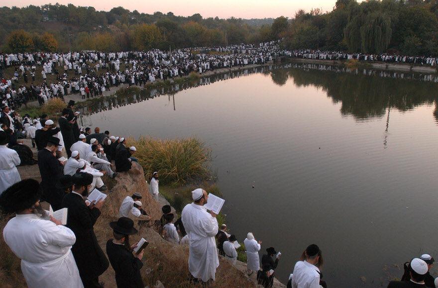 Pilgrims+to+Uman+celebrate+at+the+grave+of+Rebbe+Nachman%2C+Sept.+7%2C+2013.+%28Yaakov+Naumi%2FFlash90%29