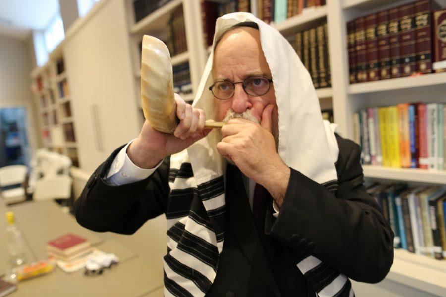 Rabbi Yosef Landa, director of Chabad of Greater St. Louis, sounds the shofar. Photo: Bill Motchan