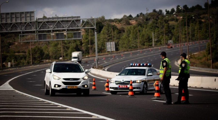 Police operate a termporary roadblock on Highway 1 outside Jerusalem on Sept. 26, 2020, during a nationwide lockdown. (Yonatan Sindel/Flash90)