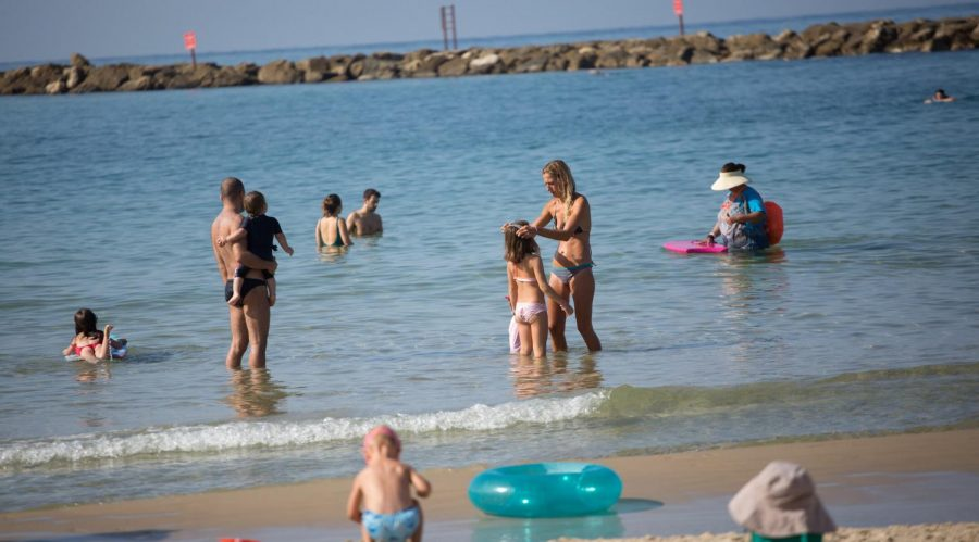 Israelis+on+the+beach+in+Tel+Aviv+in+the+midst+of+a+nationwide+lockdown%2C+Oct.+15%2C+2020.+%28Miriam+Alster%2FFlash90%29%C2%A0%C2%A0