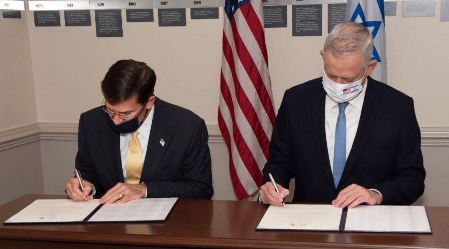 U.S. Secretary of Defense Mark Esper, left, signs a declaration guaranteeing Israel's qualitative military edge with Israel Defense Minister Benny Gantz at the Pentagon in Washington DC on October 22, 2020. (U.S. Department of Defense)
