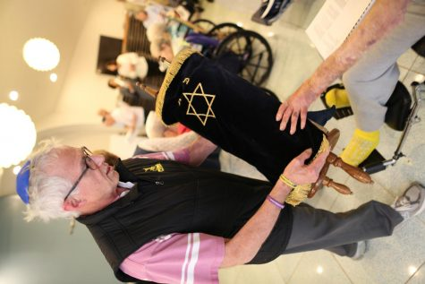 Before the pandemic, Mark Dana (pictured here in 2019) and a group of volunteers from B'nai Amoona lead Shabbat services on Fridays for residents of Delmar Gardens West. The Welcome the Shabbat volunteer group started in 1996. Photo: Bill Motchan