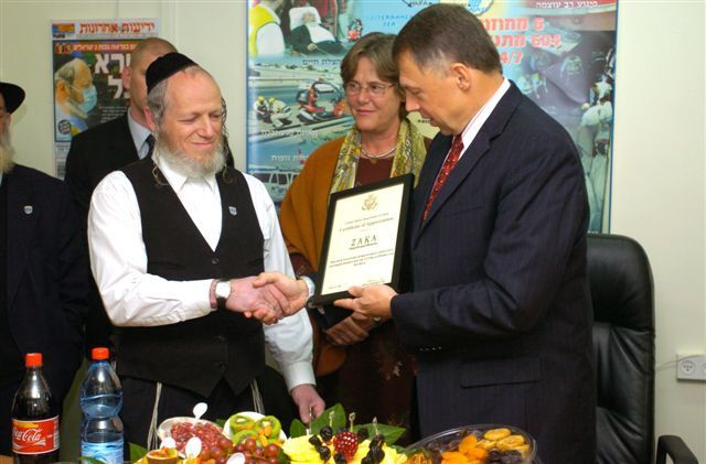 Yehuda Meshi Zahav, left, chairman of the Zaka rescue service, receives a certificate of appreciation in 2006 from U.S. Ambassador to Israel Richard Jones. (Embassy of the United States)