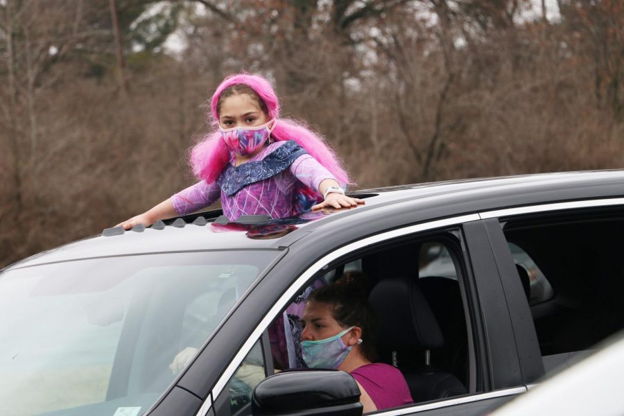On Sunday, Feb. 28, Temple Israel welcomed more than 100 cars to our campus for safe and socially distanced parking lot activities such as Purim-themed games, stories, prizes, as well as a professional circus show with juggling, acrobatics and more. Families were encouraged to wear costumes and decorate their vehicles, as well as bring boxes of pasta to donate to the Harvey Kornblum JewishFood Pantry and a bag of coins to play games, which was collected for Tzedekah. All guests were gifted a Mishloach Manot with sweets, Hamentashen, grogger, and other goodies.