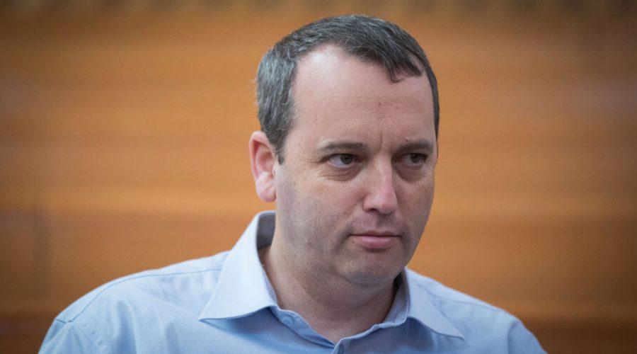 Rabbi Gilad Kariv seen at the courtroom of the Israeli Supreme Court in Jerusalem before the start of a court hearing about public transportation on Shabbat, Sept. 11, 2017. Photo: Yonatan Sindel/Flash90