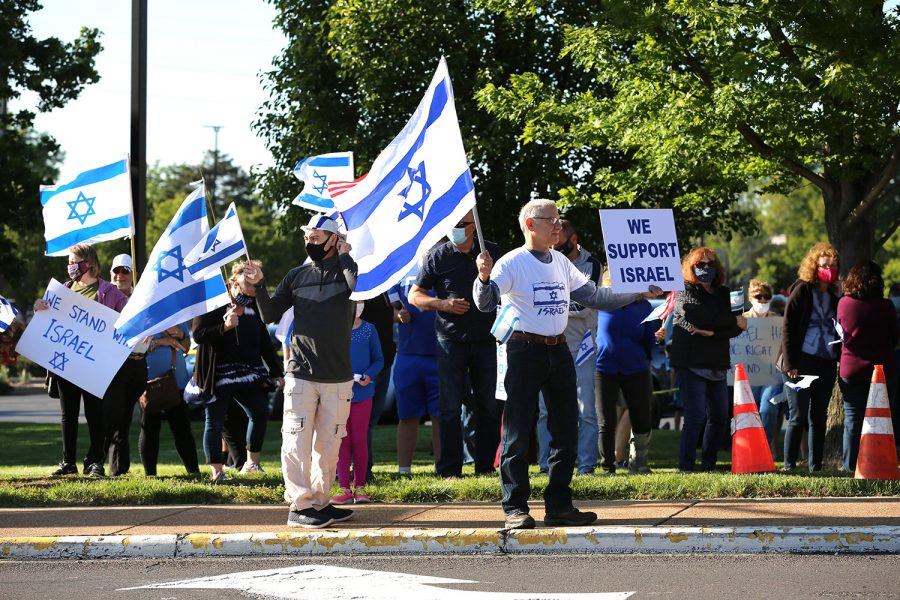 Several hundred St. Louisans gathered for a Stand With Israel Rally on May 12 on Schuetz Road outside the Jewish Federations Kaplan Feldman Complex. Photo: Bill Motchan