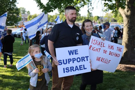 Several hundred St. Louisans gathered for a Stand With Israel Rally on May 12 on Schuetz Road outside the Jewish Federation