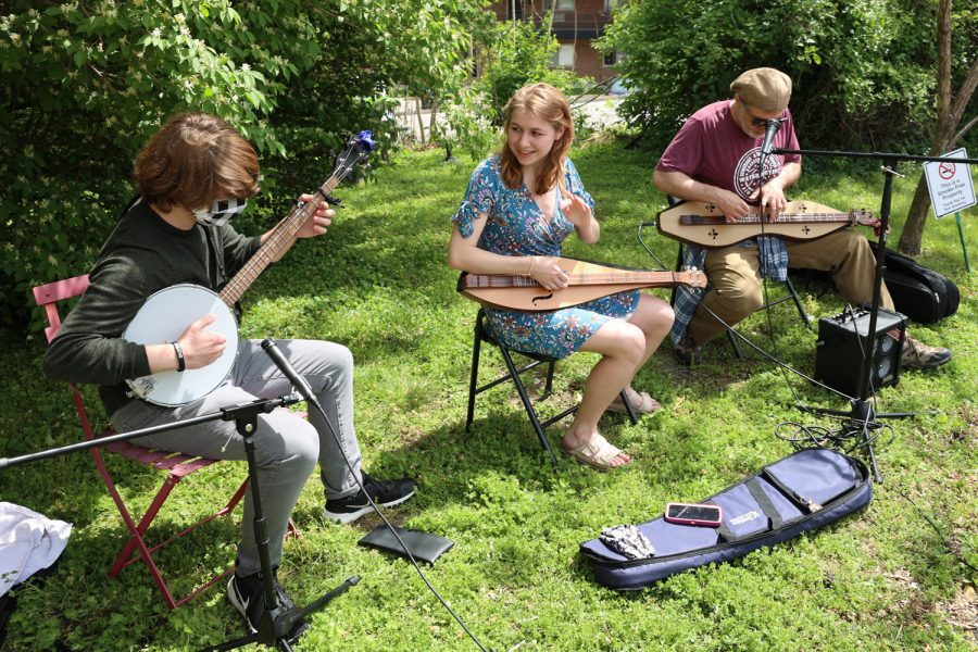 Missouri Tree Frogs, composed of William, Rebecca and Russell Jaffe, play at a recent show.Photo: Bill Motchan