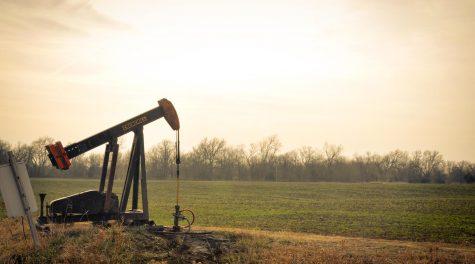 An oil derrick near farm fields in Oklahoma. (Sarah Nichols/Flickr Commons)