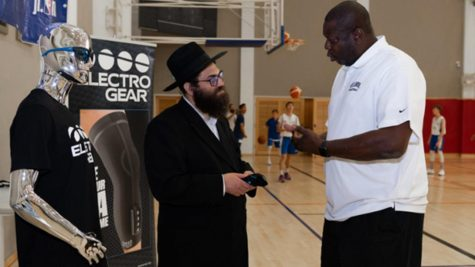 Healables CEO Moshe Lebowitz speaking to NBA coach and player Ed Pinckney. Photo courtesy of Healables